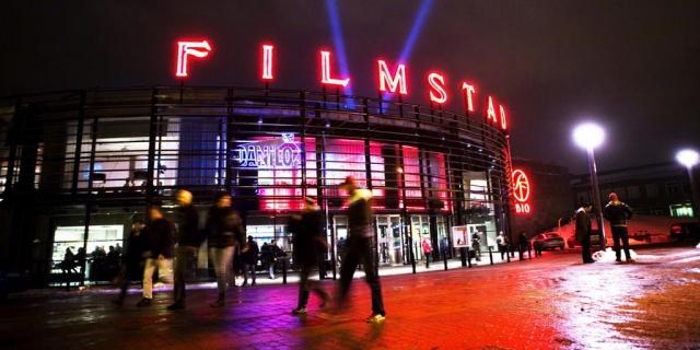 """Hükümetin sekiz kişiden fazla insanın bir araya gelmesini yasaklaması üzerine İsveç'in en büyük sinema zinciri kapatma kararı aldı.  """"Çok kasvetli ama kapatmamız gerekecek. (24 Kasım - 22 Aralık). diyen Filmstaden ticari direktörü Helena Eklund, sekiz kişilik sınır geçerli olduğu sürece, 22 Aralık'tan sonra bunun nasıl olacağı size ne zaman söyleneceğini bilmenin zor olduğunu belirtti.  Helena Eklund'a göre Noel Günü, İsveç sinema endüstrisinin en önemli gala günüdür. Şu anda, açık tutmanın mümkün olup olmadığı belirsizdir."""