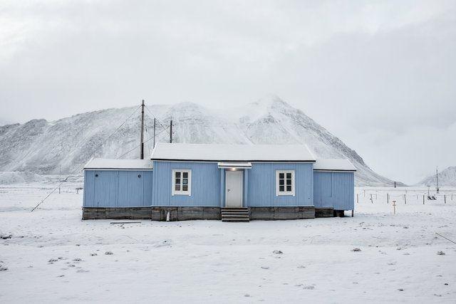 Kuzeyde 78. paralel üzerindeki Longyearbyen, Norveç'in kuzey sahili ile Kuzey Kutbu arasındaki Svalbard takımadalarından birinin üzerinde