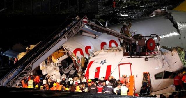 Sabiha Gökçen Havalimanı'nda 5 Şubat tarihinde pistten çıkarak 3 kişinin ölümüne 180 kişinin de yaralanmasına neden olan kazaya ilişkin yürütülen soruşturma kapsamında 6 kişilik bilirkişi heyeti tarafından hazırlanan rapor soruşturma dosyasına girdi.  Raporda, soruşturmada şüpheli olarak yer alan kaptan pilot Mahmut Aslan asli ve ikinci pilot Ferdinant Pondaag tali kusurlu bulunurken, soruşturmada şüpheli olmayan, Sabiha Gökçen ve Yeşilköy kulelerinde görevli iki kişi de kusurlu bulundu. Pistin bir bölümünde lastik temizleme çalışması yapılmadığı gerekçesi ile HEAŞ da asli kusurlu bulundu.  Raporda kaptan pilot Mahmut Aslan'ın, stabil yaklaşma kriterlerine uymadan piste yaklaştığı, indikten sonra 6 saniye boyuncu frenleme yapmadan ilerlediği,  rüzgarın şiddetli ve pistin ıslak oluşunu dikkate almadığı belirtildi.  Raporda, Sabiha Gökçen Kule Kontrolörü Serhat Kara'yı uçağın pistten çıkabileceği yönünde uyaran kule görevlisi Ela Akar kusursuz bulundu.   Sabiha Gökçen Havalimanı'nda meydana gelen kazaya ilişkin soruşturmayı yürüten İstanbul Anadolu Cumhuriyet Başsavcılığı tarafından 6 kişilik heyetten istenen rapor soruşturma dosyasına girdi.