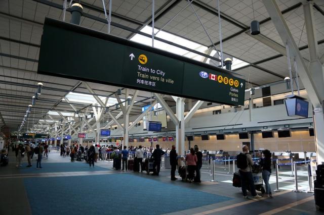 RCMP sözcüsü Dawn Roberts, ekiplerin olaya anında müdahale ettiklerini belirttiği açıklamasında, şüphelilerin kullandığı aracın hareket halindeyken saptandığını ancak iki kişinin kaçmayı başardığını söyledi. Olay üzerine havaalanındaki Kanada iç hatlar ve uluslararası kalkış alanlarının bir bölümü, polis çemberine alınarak kapatıldı.
