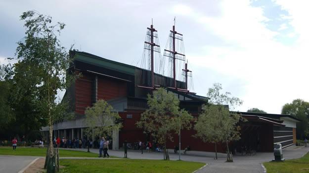 The Vasa Museum  Vasa Müzesi, 1628 yılında yapılan ve 1 deniz mili bile yol alamadan batan dünyaca ünlü Vasa Savaş Gemisi'nin sergilendiği müzedir.