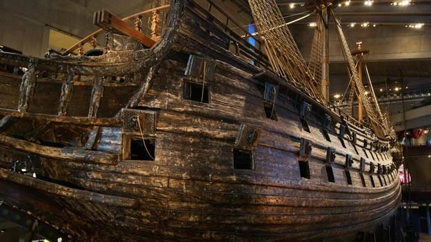 """Dünyanın çeşitli ülkelerinde yüzlerce müze gezmiş biri olarak ilk gördüğüm anda beni hayrete düşüren ve """"oha!"""" dememe sebep olan Vasa Gemisi, 333 yıl denizin altında sessiz bir şekilde yattıktan sonra 1961 yılında neredeyse tamamı korunmuş vaziyette kurtarılmış."""
