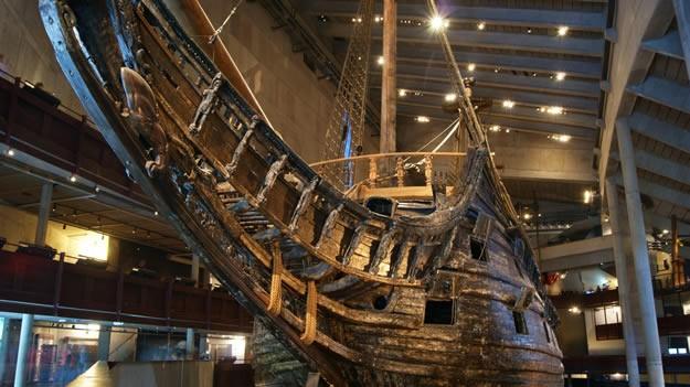 """Savaş sırasında gemi batırma şeklinin """"çarpma"""" yerine artık uzaktan ateş gücü ile yapılmaya başladığı dönemde Vasa; 64 ateşleyici top, 145 denizci ve 300 asker taşıyabilecek şekilde yapılmış. Ancak geminin testlerinin sürdüğü sırada kraldan gelen """"Vasa neden hala suya indirilmedi"""" mektubu ile alelacele suya indirilmek zorunda kalınmış."""
