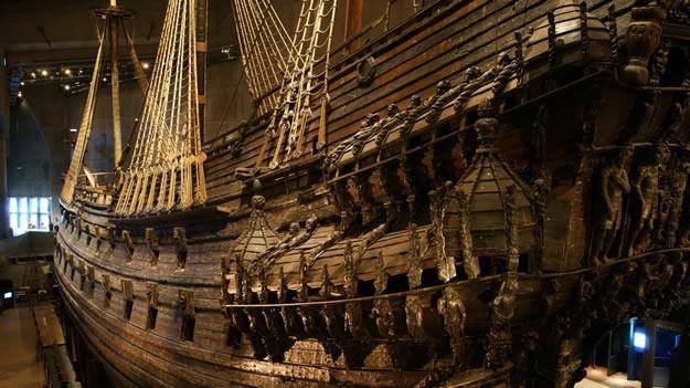 Gemi önce 18 ayrı vinçle 32 metre derinlikten 16 metre derinliğe çekilmiş, gerekli onarım suyun altında yaklaşık 1 buçuk yıl devam etmiş.