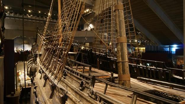 """%95'i orijinal olan, heykellerle süslenmiş ve devasa boyuta sahip olan geminin hikayesi şu şekilde…   İsveç Krallığı'nın yavaş yavaş güçlenmeye başlaması sonucunda bir nevi """"dosta güven, düşmana korku"""" verebilmek için büyük bir gemi ihtiyacı doğmuş.   O dönemde İsveç kralı olan II. Gustaf Adolf, deniz savaşlarında üstünlük kurabilmek için dünyanın en büyük gemisi olacak Vasa'nın yapılmasını emrini vermiş."""