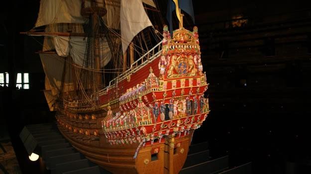 Vasa'nın hikayesi kısaca bu şekilde. Geminin suyun altında 333 yıl boyunca bozulmadan kalması tam bir mucize (elbette bilimsel bir açıklaması var, o bölgede suyun altında herhangi bir mikroorganizmanın yaşamaması). Benim çok beğendiğim ve Stockholm'ün en iyi müzesi olan Vasa Müzesi'ne giriş fiyatı 130 SEK (45 TL).