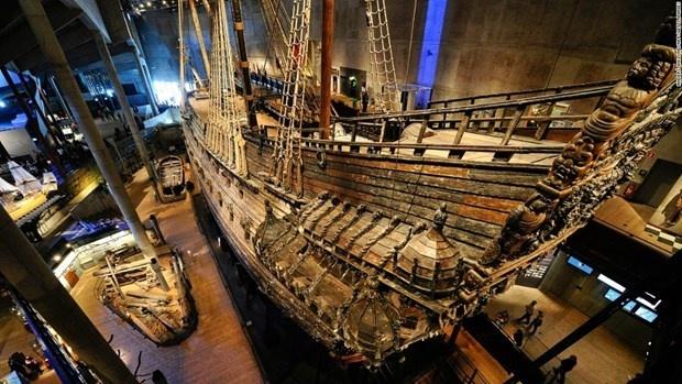 VASA MÜZESİ  İskandinavya'nın en meşhur ve en çok ziyaret edilen müzesi. Vasa, dünyadaki tek korunmuş on yedinci yüzyıl gemisi ve eşsiz bir sanat hazinesidir. Geminin yüzde 95'inden fazlası orijinaldir ve yüzlerce oyma heykel ile süslenmiştir. 69 metre uzunluğundaki savaş gemisi Vasa, 1628 yılındaki ilk seferinde çıkan fırtınaya dayanamayarak battı ve 333 yıl sonra 1961'de kurtarıldı. Yaklaşık yarım yüzyıl boyunca gemi, yavaş yavaş, özenli bir şekilde orijinal ihtişamına yeniden kavuştu. Özel olarak inşa edilmiş müzenin dışındaki çatıdaki üç direk, geminin orijinal direklerinin yüksekliğini göstermektedir. Bugün Vasa Müzesi, yılda bir milyondan fazla ziyaretçiyi ağırlıyor. Gemideki yaşamı anlatmak için geminin etrafında on farklı sergi bulunuyor. Vasa ile ilgili film 13 farklı dilde gösteriliyor.