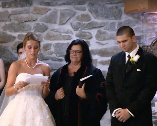 Landon'ın annesi ve üvey babasını unutmadı. İkisini de düğüne davet etti. Hatta evlilik yeminine onlar için de bir şeyler ekledi.  Bir çocuğun ikiden fazla ebeveyni olması başlı başına zor bir işken Katie bunun üstesinden gelmeyi başardı.