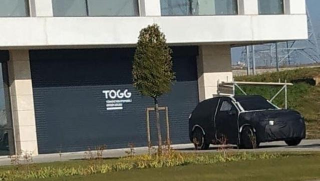 Resmi tanıtımı 27 Aralıkta yapılacak yerli otomobil, kamuflajlı olarak görüntülendi. Türkiye'nin Otomobili Girişim Grubu'nun (TOGG) genel merkezinde görüntülenen yerli otomobilin, ilk etapta elektrikle çalışan bir SUV olarak yollara çıkması bekleniyor