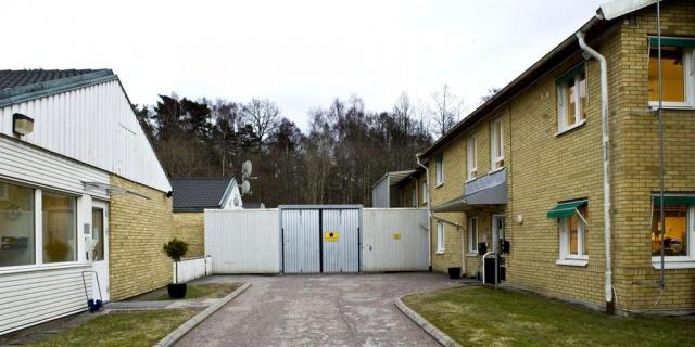 """Yetkililer olayı doğruladı.  Tobias Åkerman, Pazar gününden önceki gece Kållered'de bir kaçış girişimi olduğunu söyledi.  Görevliler olay yerine gelen polisi uyardı ve kaçma girişiminde bulunan kişiler gözaltına alındı.  İsveç Göçmen Bürosu, olayı ciddiye aldıklarını ve yetkililere göre binanın güvenliğini artırmak için çeşitli şekillerde çalıştıklarını belirtiyor.  Tobias Åkerman, Sürekli olarak gözaltı merkezinin güvenliğiyle ilgili çalışıyoruz ve olayı gözden geçirip neler olduğunu araştıracağız"""" dedi."""