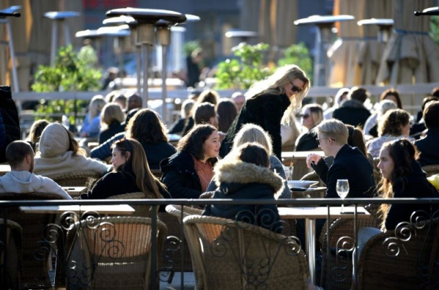 Başkent Stockholm'deki koronavirüs kural denetimleri sırasında kural ihlali yaptıkları belirlenen beş popüler bar/restoran kapatıldı.  Hafta sonu korona denetimleri, kapsamında yetkililerce ziyaret edilen bazı restoranların kurallara uymadığı tespit edildi.