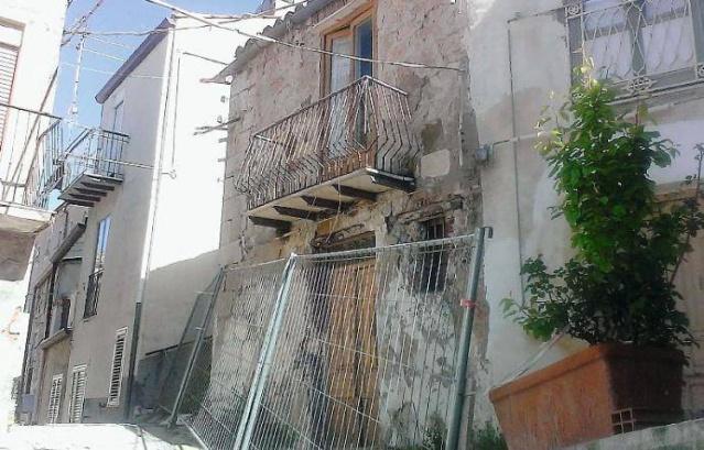İtalya'nın Sicilya bölgesinde bulunan yaklaşık 11bin nüfuslu Mussomeli şehrinin Belediye Başkanı Giuseppe Catania, evlerin 1 Euro'ya satılmasına karar verdi.