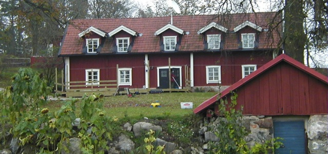 """""""Kırmızı kulübenin hayali""""  Nehir vadisinde nispeten düşük seviyede başlayan fiyatlar vardır ve belki de onları kırmızı yazlık ev hayali buraya itiyor. Haninge'ye yakın birçok evleri de kalıcı konuta dönüştüren Svensk fastighetsförmedling firmasının CEO'su Tanja İlic, yazlık evler söz konusu olduğunda, öncelikle ve en önemlisi ne durumda olduğuna bakmalısınız diyerek yazlık evlerin genişlebilebilir olduğuna dikkat çekti.  1 Mart'ta yürürlülüğe giren en son yasal düzenleme ile şartlarda kolaylık sağlandığı ve bu bağlamda geçen yıl nisan ayından bu yana yaklaşık 500 civarı stokta bir ürünleri kaldığını belirten Ilic, yazlıkların normal evlerden daha avantajlı olduğunu savundu."""