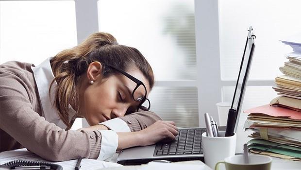 İş hayatının getirdiği yorgunluğu bedensel ve zihinsel olarak değerlendirmelidir. Bedensel yorgunluğunuzu iyi bir uyku ile geçirebileceğiniz gibi, zihinsel yorgunluğun giderilmesi için öncelikle iş hayatınıza adaptasyonun sağlanması önemlidir.