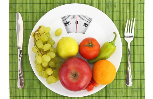 Gün 1  Kahvaltıdan yarım saat önce: İçine yarım limon suyu katılmış 500 ml su için. Kahvaltı: 1 haşlanmış yumurta, 2 yeşilbiber, bol maydanoz ve 2 tam ceviz. Ara öğün (Saat 11:00): 1 yeşil elma, 1 litre su (1 saatte bitmeli). Öğle yemeği: 150 gr ızgara somon. Roka, marul, baby ıspanak salatası. Salata sosu tarifi: 2 tatlı kaşığı zeytinyağı ve 2 tatlı kaşığı keten tohumlu, 1 tutam Himalaya tuzu, 1 tatlı kaşığı elma sirkesi. Ara öğün (Saat 15.00): 2 dilim ananas, 500 cc su (limon dilimleri ile 1 tatlı kaşığı Chia tohumu ilave edin). Ara öğün (Saat 17.00): Rooibos çayı ve 10 çiğ badem. 500 cc su (limon dilimleri ile 1 tatlı kaşığı Chia tohumu ilave edin). Akşam: 200 gr brokoli. 200 gr baby ıspanak. Tarif: Sebzeleri haşlayın ve içine bir tutam Himalaya tuzu, 2 tatlı kaşığı zeytinyağı ve limon suyu ilave edin. Ara öğün (Saat 21.00): 150 gr probiyotik yoğurt içine baharat karışımı ilave edin. Tarif: Tarçın, zencefil, zerdeçal, çörek otunun hepsini karıştırın ve bu karışımı bir tatlı kaşığı yoğurda ilave edin. 500 cc su (yarım limon suyu ilave edin).