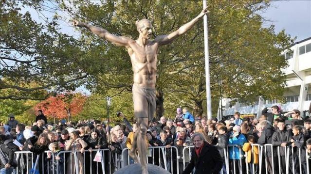 Malmö şehrinde heykeli dikilen başarılı futbolcu hedef haline geldi. Heykelini istemeyen bir grubun belli aralıklarla saldırdığı heykel yeni saldırıyla birlikte tamamen yıkıldı.
