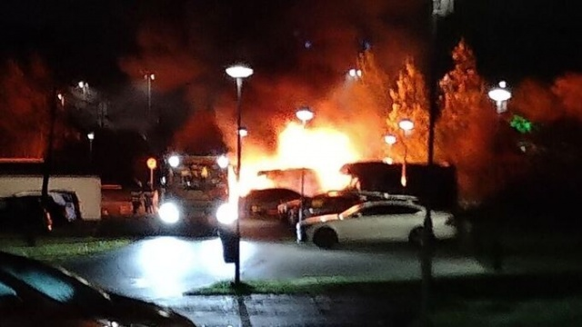İsveç'in Sigtuna belediyesinde 12 araba ve bir karavan olmak üzere, toplam 13 aracın kundaklama sonucu yandığı belirtildi.