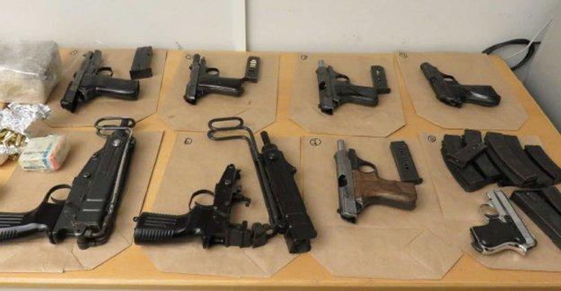 Bu silahlar İsveç'te bir kişinin çantasından çıktı