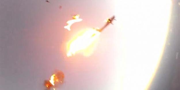 Dehşet görüntüler, 2 uçak havada çarpıştı...VİDEO