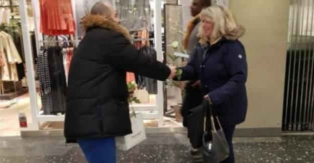 İsveç IGMG Gençlik Teşkilatı Kadınlar Gününde Gül Dağıttı