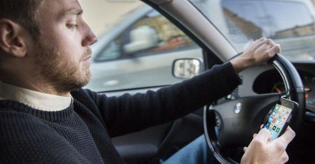 İsveç'te araç sürerken cep telefonu yasağı bugün başladı