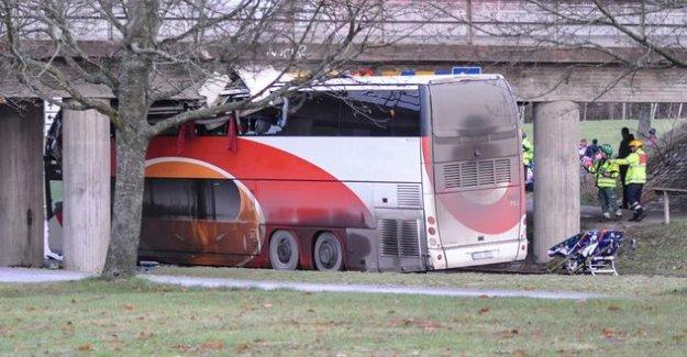 İsveç'te otobüs köprüye sıkıştı