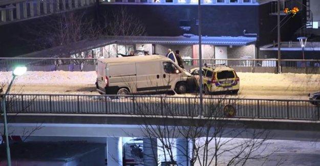 İsveç'te sürücü kamyoneti polis aracının üzerine sürdü