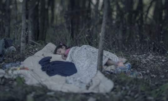 İsveçli Sanatçı Sokakta Yatan Sığınmacı Çocukları Fotoğrafladı