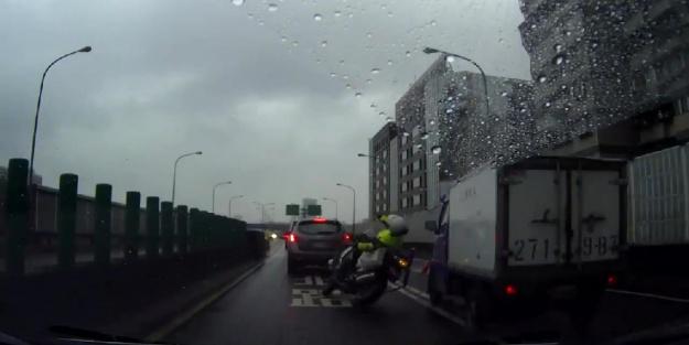 Kamyonet motosikletli polise böyle çarptı...VİDEO