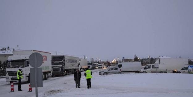 Kar Kulu'da hayatı felç etti, Ankara-Konya yolu kapandı