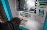 İsveç'te soyguncular bir genci bıçakla tehdit ederek ATM'den para çektirdi