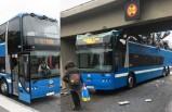 İsveç'te faciadan dönüldü! Çift katlı yolcu otobüsü köprüye takıldı
