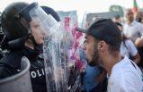 Bulgaristan'ın başkenti Sofya'da hükümet binası önünde toplanan göstericiler polisle çatıştı