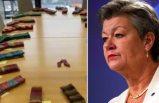 AB İçişleri Komiseri İsveçli Johansson, çalışma arkadaşları için çorap ördü