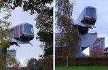 Hollanda'da raydan çıkan metro, balina kuyruğu heykeline asılı kaldı