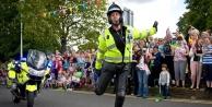 Dans yarışında olan polisler tıklanma rekorları kırıyor (video)