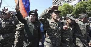 Ermenistan'da sıcak saatler! Hükümet karşıtı protestolara askerler de katıldı!