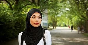 İsveç'te başörtülü kıza hakaret eden doktora dava açıldı