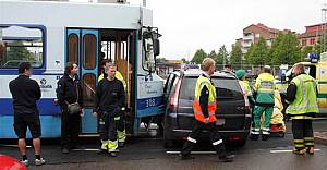 İsveç'te Taramvay ile Taksi kafa kafaya çarpıştı!