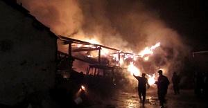 İsveç'te samanlık yangınının alevleri göğe yükseldi