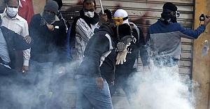 Polis göstericiyi kafasından vurdu! Video