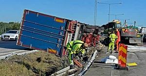 Södertälje'de kamyon devrildi