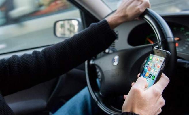İsveç'te araç sürerken telefon kullanan onlarca kişi yakalandı