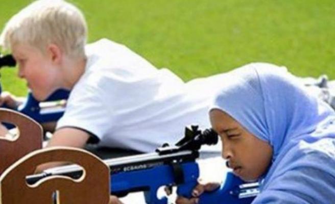 İsveç'te başörtülü çocuk sporcuları eleştiren başkan görevden alındı