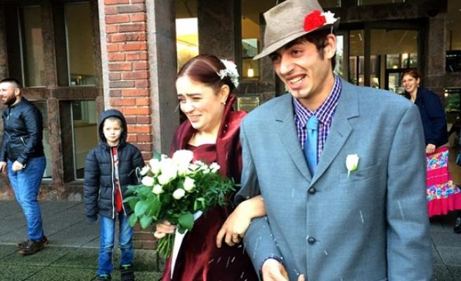 İsveçli kadın aşık olduğu Romanyalı dilenci ile evlendi
