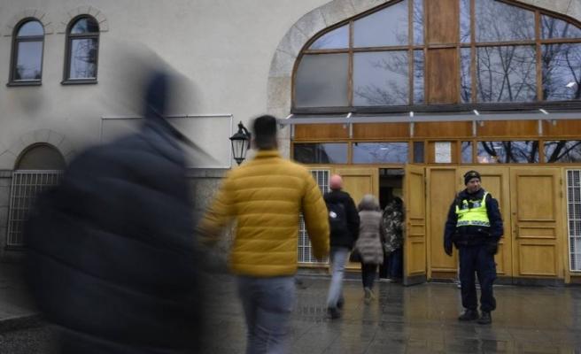 İsveç'te cuma namazı öncesi polis camilerde önlem aldı