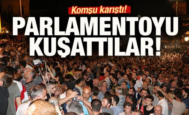 Protestocular parlamentoyu kuşattı