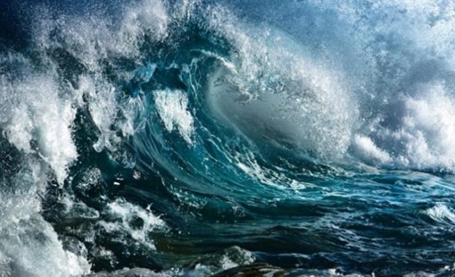 Beş metrelik dalgalar başkenti vurdu