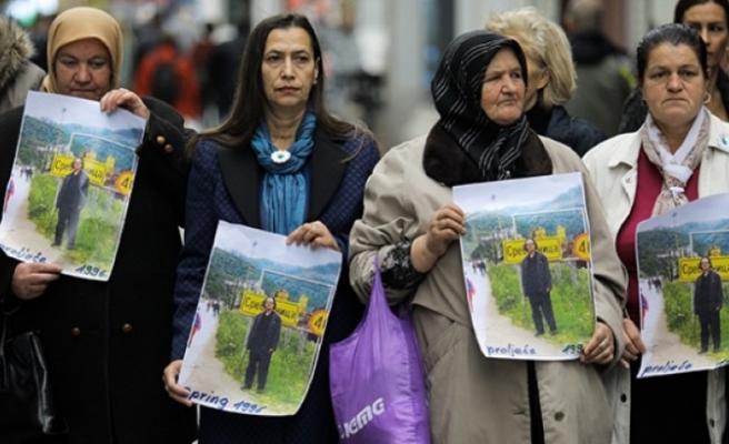 """Bosnalı kurban yakınlarından İsveç Büyükelçiliği önünde """"Nobel"""" protestosu"""