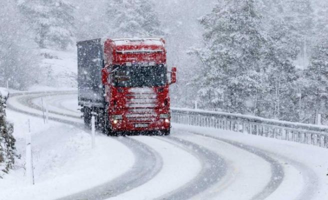İsveç'te beklenen uyarı, kar geldi sürücüler dikkat